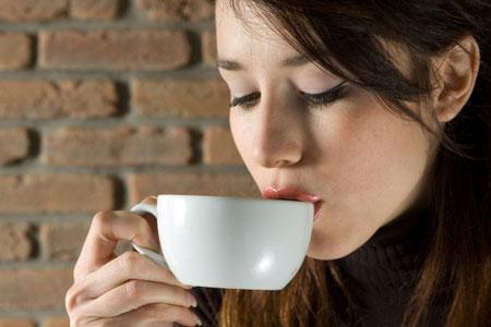 Hãy thay mỹ phẩm đắt tiền bằng… cà phê!