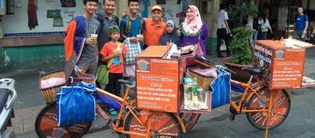 Glosyan của Đặng Xuân Sỹ (áo cam) rất được khách du lịch nước ngoài thích thú.