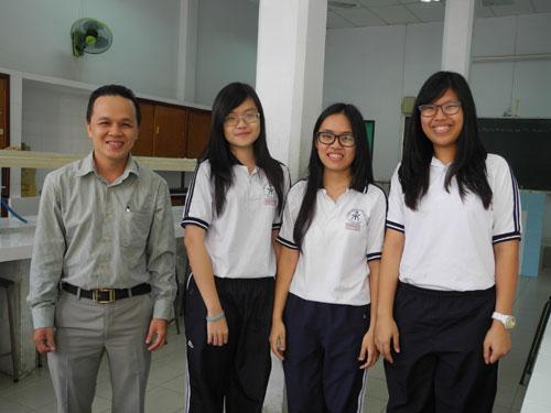 Giáo viên hướng dẫn Trịnh Đình Thảo và nhóm học sinh Anh, Vy, Hương (từ trái sang) - Ảnh: Hoàng Quyên