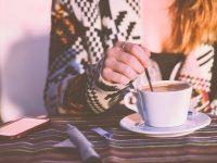 Phụ nữ  thường xuyên uống cà phê sẽ ít bị ù tai hơn